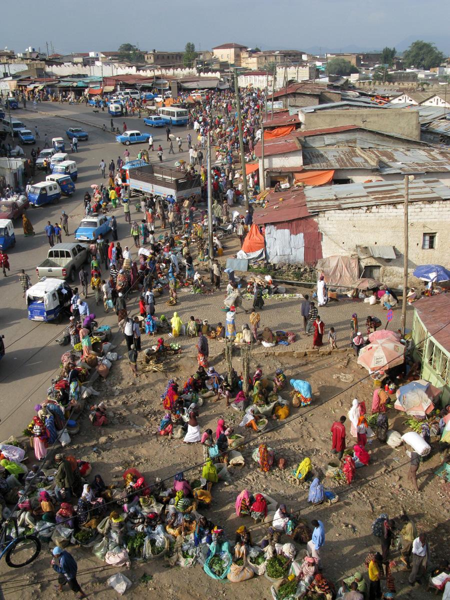 Vue générale d'Harar : le marché à l'extérieur des remparts, les Peugeots 404...